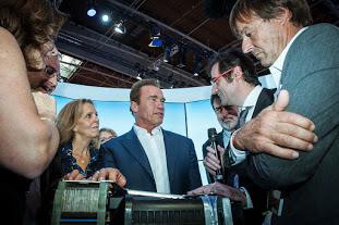 A. Schwarzenegger, F. Ferrari (Symbio) and N. Hulot looking at Symbio ALP 5 Range Extender